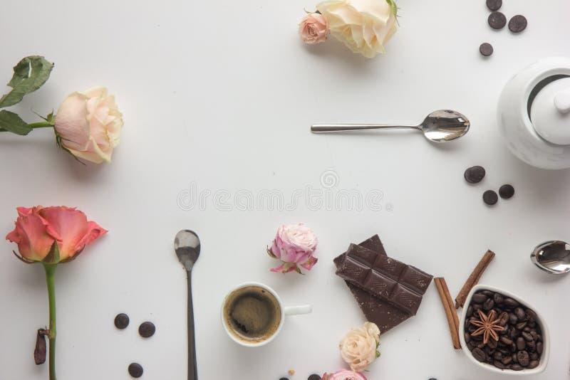 Taza de café, galletas, rosas, chokolate, beens del café Montante plano de la endecha imagenes de archivo