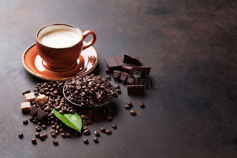 Taza de café, habas, chocolate imágenes de archivo libres de regalías