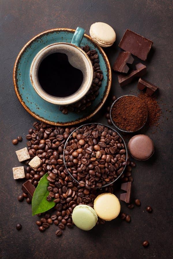 Taza de café, habas, chocolate fotos de archivo libres de regalías