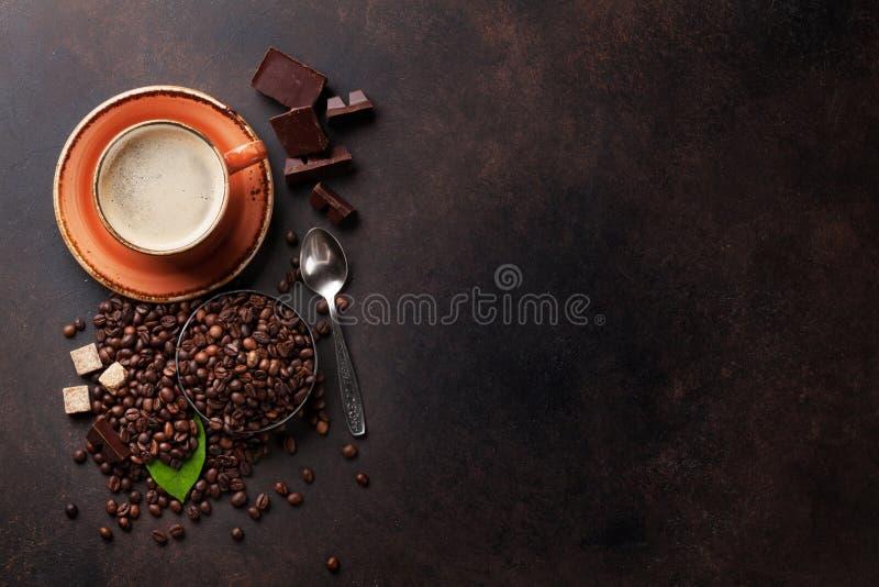 Taza de café, habas, chocolate foto de archivo
