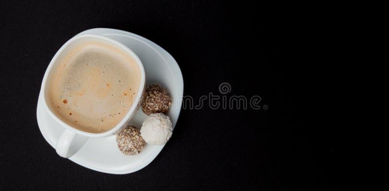 Taza de café, habas, chocolate y macarrones en la tabla de cocina vieja Visión superior con el copyspace para su texto fotos de archivo libres de regalías