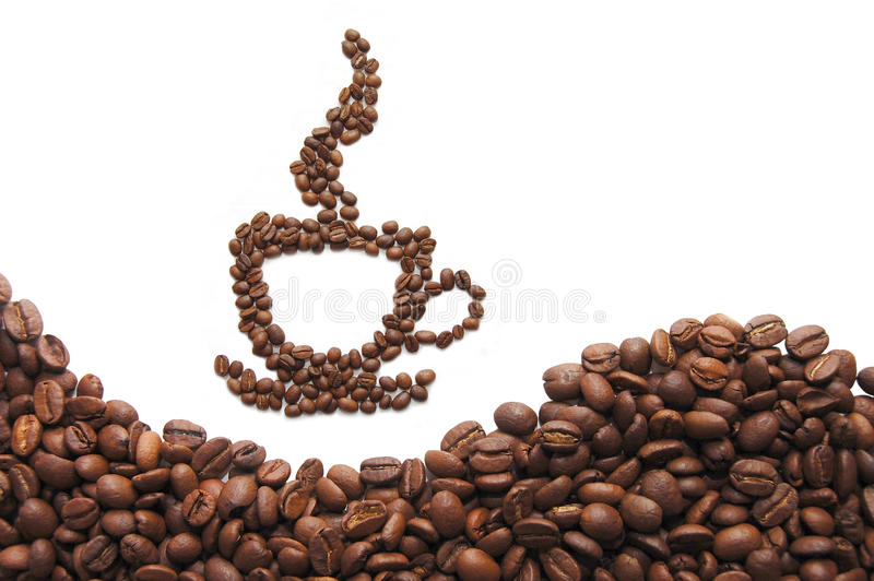 Taza de café hecha de habas en el fondo blanco fotos de archivo