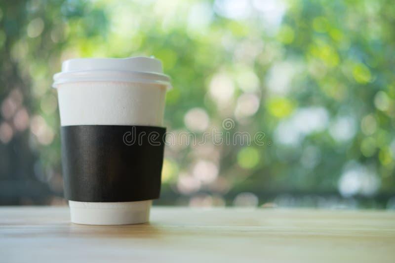 Taza de caf? de papel con el cuello de la cartulina de la seguridad imágenes de archivo libres de regalías