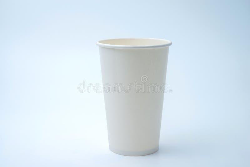 Taza de café de papel en el fondo blanco imagenes de archivo
