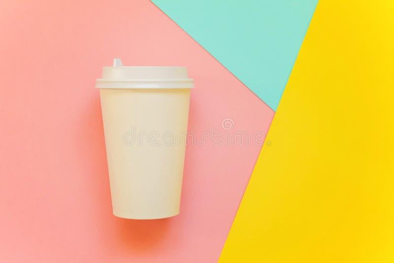 Taza de café de papel en fondo colorido fotografía de archivo libre de regalías