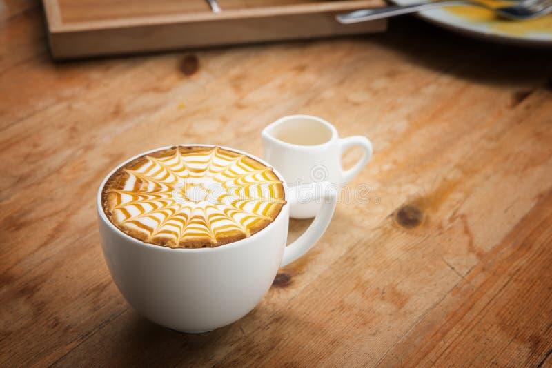 Taza de café para el estilo del vibtage del servicio, café caliente en el estilo blanco de la taza foto de archivo