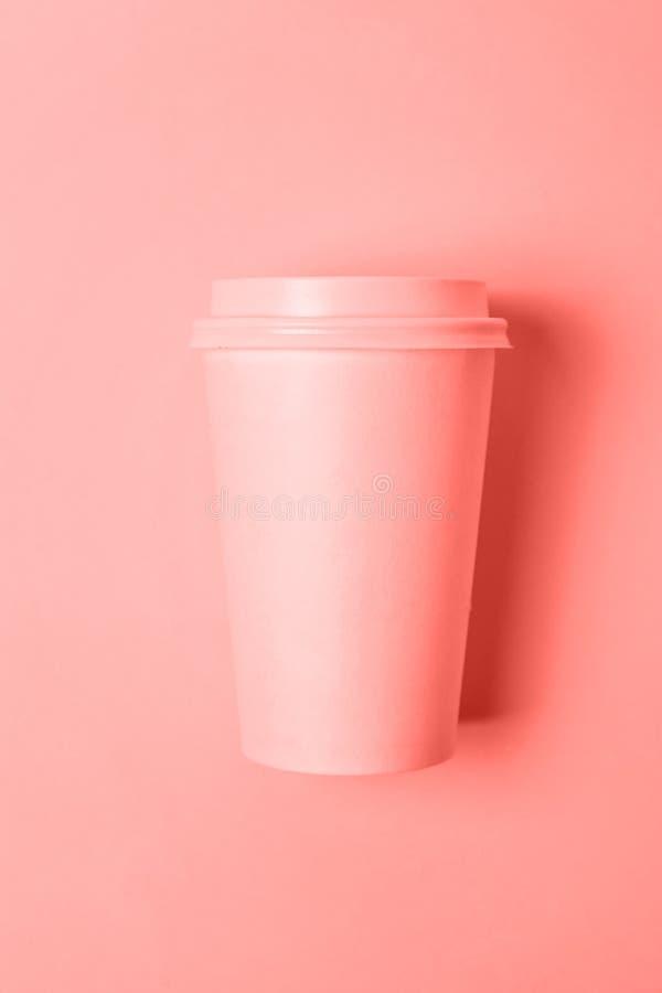 Taza de café puesta simplemente plana del papel del diseño coloreada en el color de moda del fondo coralino de vida del año 2019 imagen de archivo