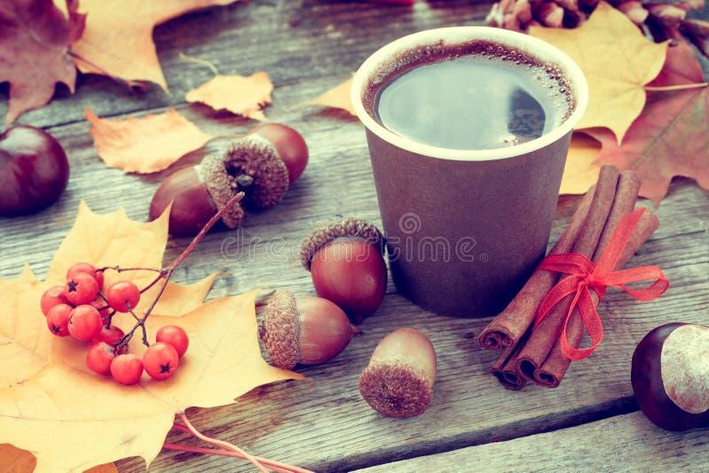 Taza de café que se calienta y vida del otoño aún en la tabla fotos de archivo