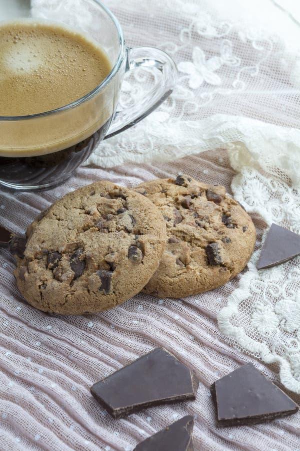 Taza de café sólo con dos galletas con el chocolate oscuro fotos de archivo libres de regalías