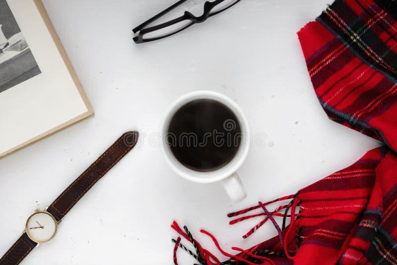 Taza de café sólo en un fondo blanco, paño rojo imagenes de archivo