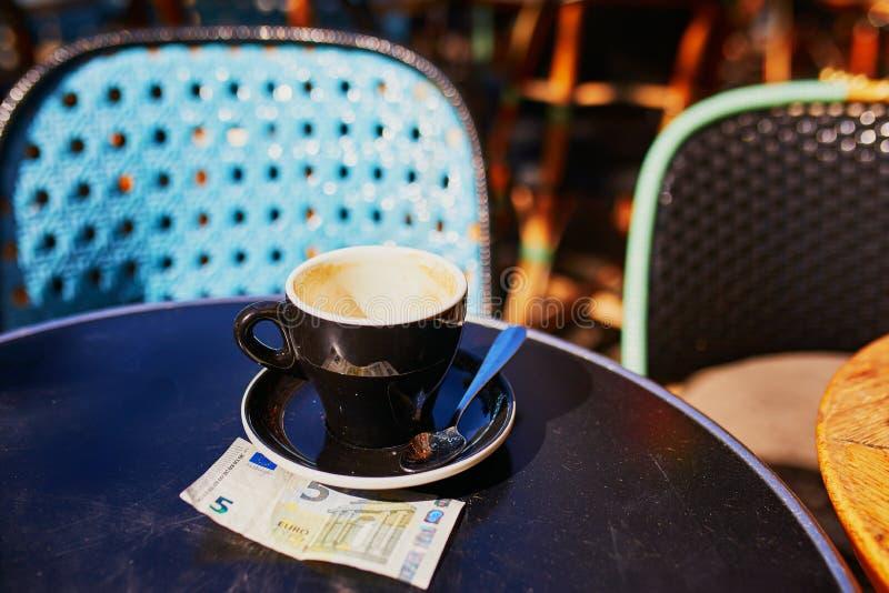 Taza de café sólo en una tabla de café al aire libre fotografía de archivo