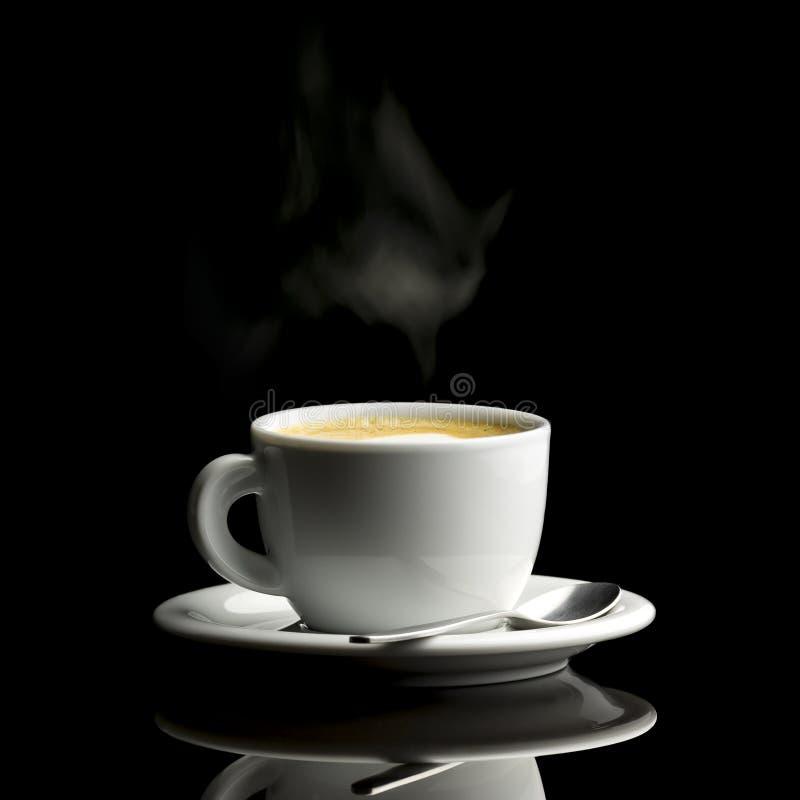 Taza de café sobre fondo negro imagenes de archivo