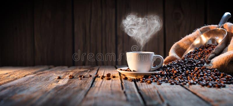 Taza de café tradicional con vapor en forma de corazón imágenes de archivo libres de regalías