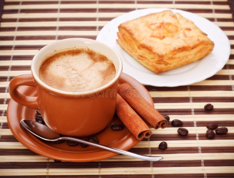 Taza de café una empanada imagenes de archivo