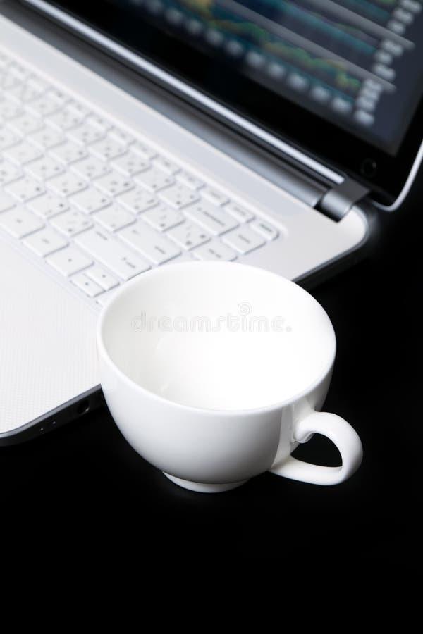 Taza de café vacía, comercio de la acción imágenes de archivo libres de regalías