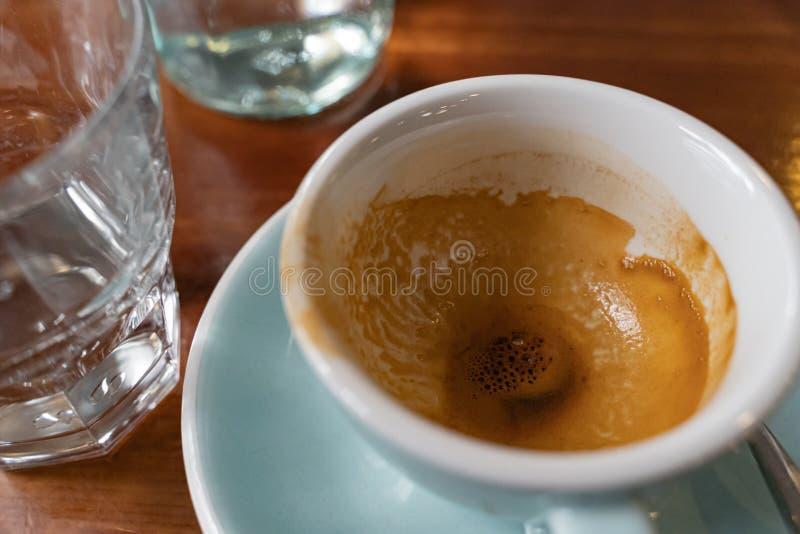 Taza de café vacía en una tabla de madera en la barra fotografía de archivo