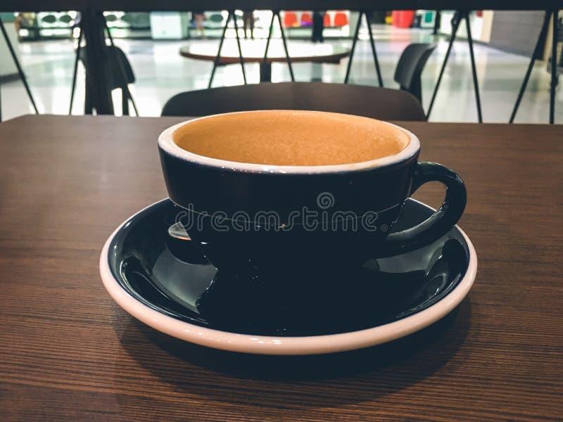 Taza de café vacía mientras que espera en el café, tiempo de la matanza mientras que espera alguien imagen de archivo