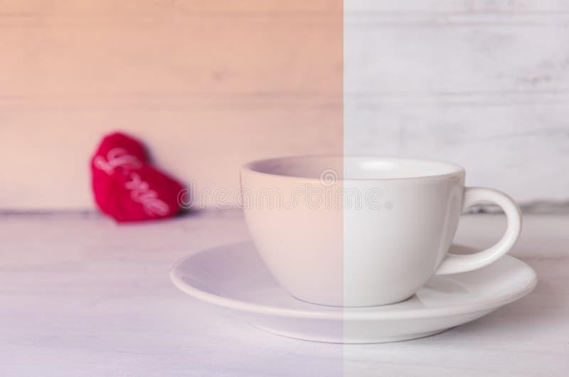 Taza de café y corazón rojo en fondo de madera con efecto del vintage del filtro foto de archivo