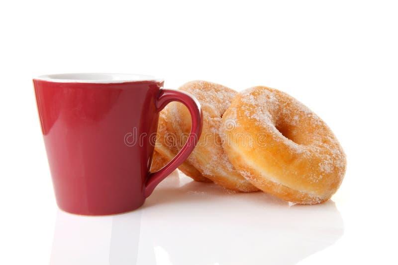 Taza de café y de anillos de espuma imagen de archivo