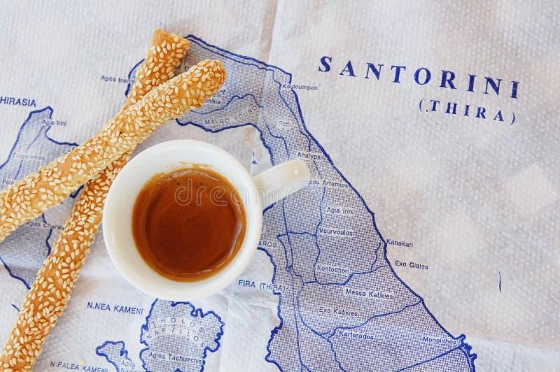 Taza de café y de breadsticks en el mapa imagenes de archivo