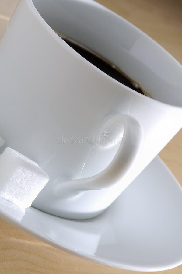 Taza de café y de cubos de Surgar imagenes de archivo