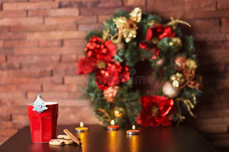 Taza de café y de decoración de la Navidad imagenes de archivo
