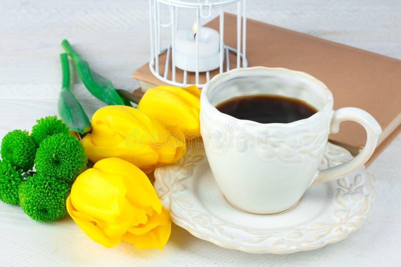 Taza de café y de flores imagen de archivo libre de regalías