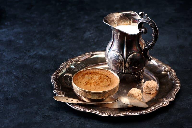 Taza de café y de leche en jarro del vintage foto de archivo