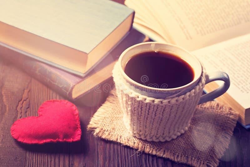 Taza de café y de libros viejos fotografía de archivo