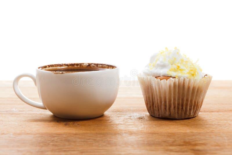 Taza de café y de mollete aislados en blanco foto de archivo