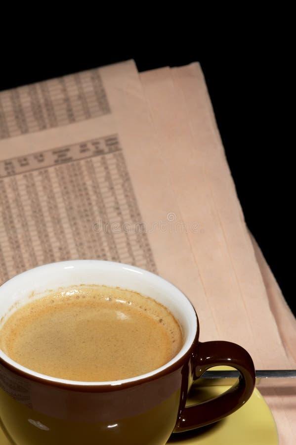 Taza de café y de periódico imagenes de archivo