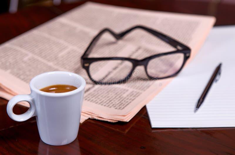Download Taza De Café Y De Periódico Foto de archivo - Imagen de negocios, media: 44850628