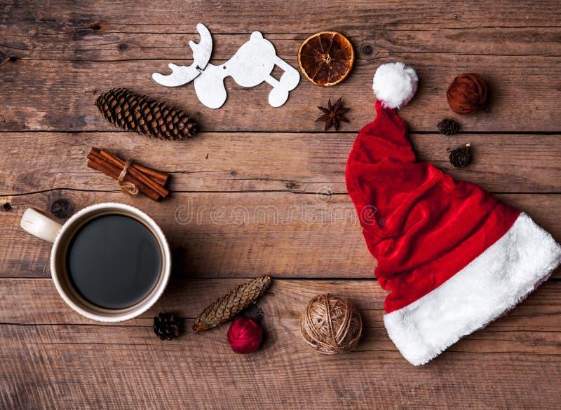 Taza de café y de sombrero de Santas, de sistema de la Navidad, de regalo y de árbol de navidad celebración fotos de archivo