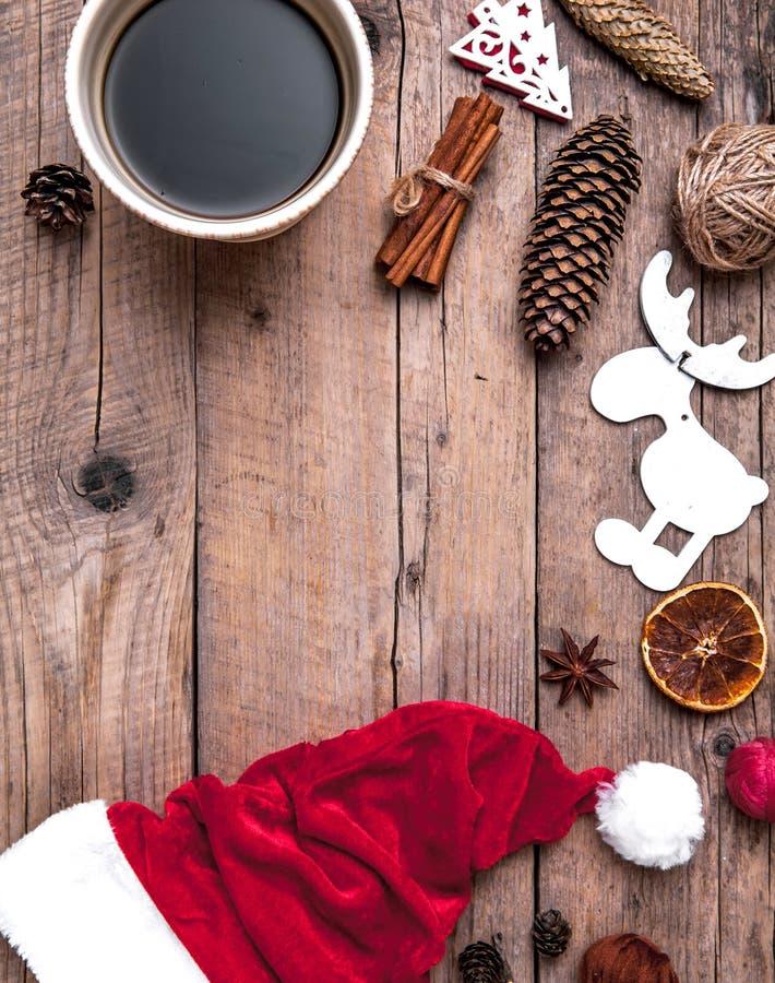 Taza de café y de sombrero de Santas, de sistema de la Navidad, de regalo y de árbol de navidad celebración fotografía de archivo
