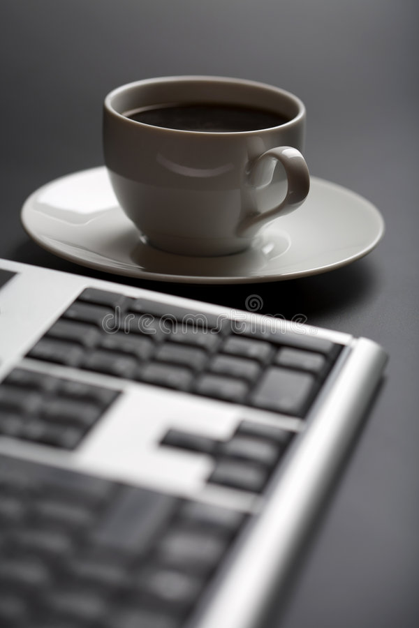 Taza de café y de teclado imagen de archivo libre de regalías