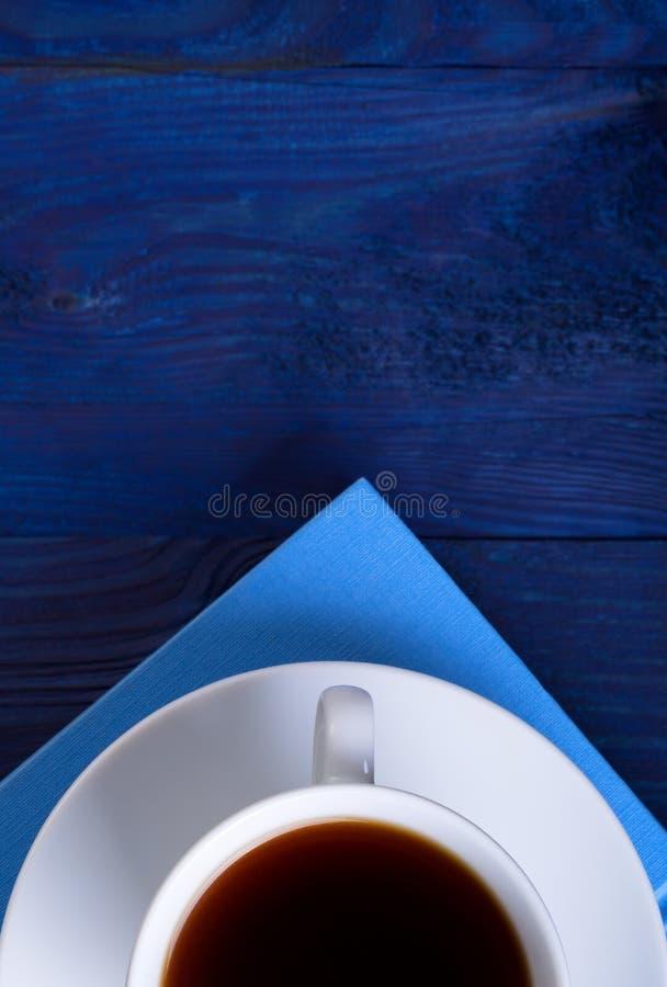 Taza de café y de un libro foto de archivo libre de regalías