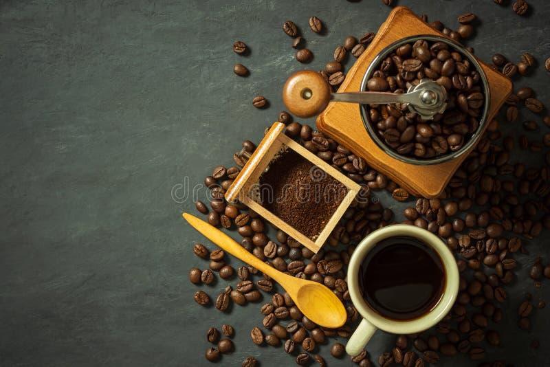Taza de café y equipo del café en piso negro del cemento fotografía de archivo