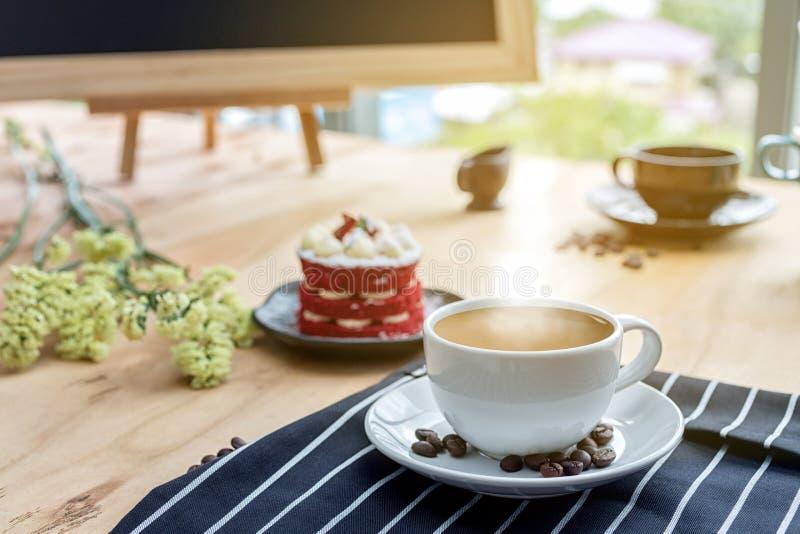 Taza de café y de flores en la tabla de madera Visión superior con el espacio de la copia foto de archivo