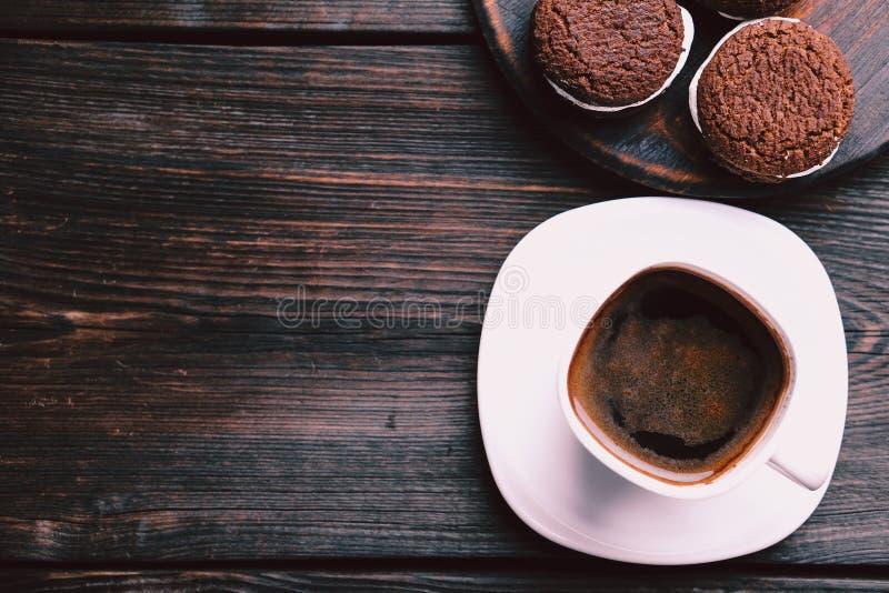 Taza de café y de galletas, descanso para tomar café, dulces imagen de archivo libre de regalías