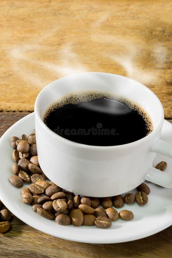 Taza de café y granos de café foto de archivo libre de regalías