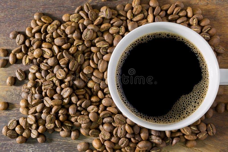 Taza de café y granos de café fotos de archivo libres de regalías