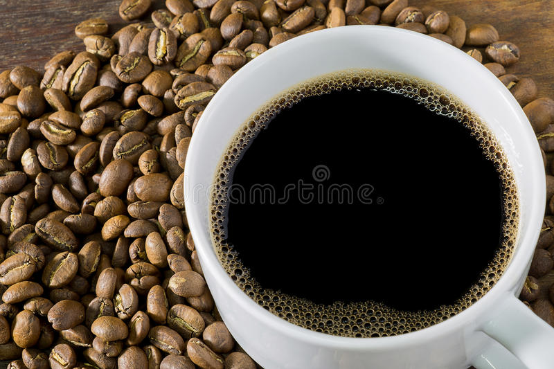 Taza de café y granos de café imágenes de archivo libres de regalías
