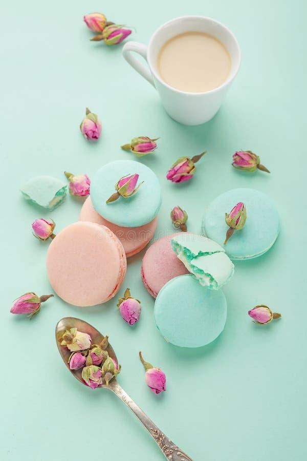 Taza de café y macaron colorido en la opinión superior del fondo en colores pastel imágenes de archivo libres de regalías