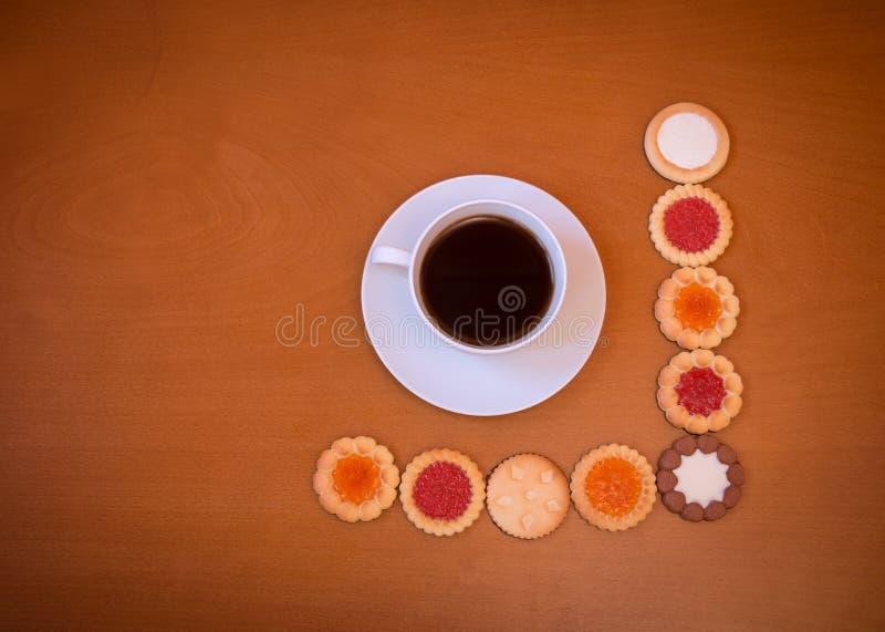 Taza de café y surtido de galletas mezcladas foto de archivo