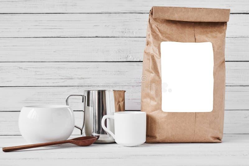 Taza de caf?, bolsa de papel del arte y jarra inoxidable imagen de archivo libre de regalías