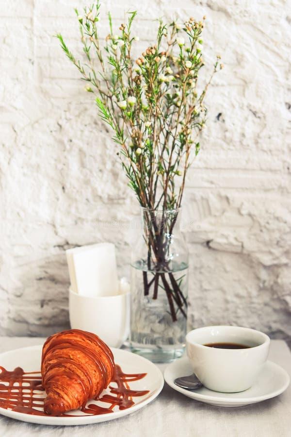 Taza de caf? con el cruas?n imágenes de archivo libres de regalías