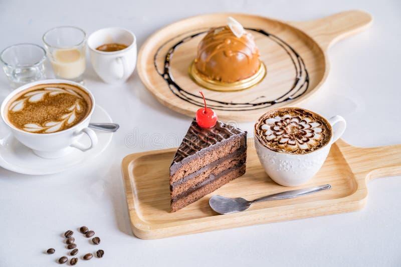 Taza de caf?, granos de caf? y postre del chocolate en blanco foto de archivo libre de regalías