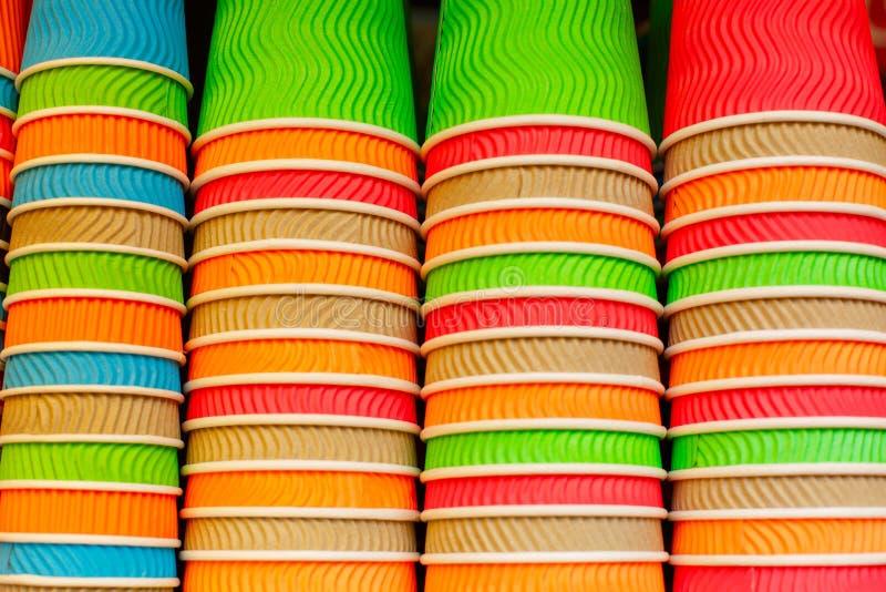 Taza de café de papel colorida Coloree las tazas de papel disponibles foto de archivo libre de regalías