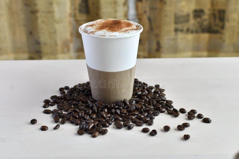 Taza de caf? de papel con la manga fotografía de archivo