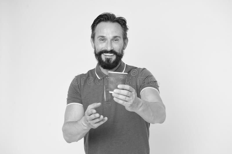 Taza de caf? reciclable La taza de caf? madura del papel del control del hombre del inconformista coloca el fondo amarillo Descan imagenes de archivo